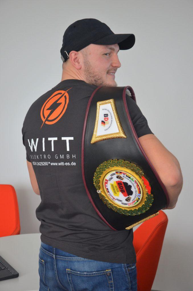 champ-mit-sponsor-shirt